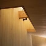 排煙窓につながる吹き抜けです、構造体の梁をそのまま防水処理し化粧で見せています。