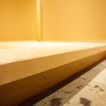 玄関の上がり框は無垢の一枚物の材を使用しております。材の選定に時間がかかりました。