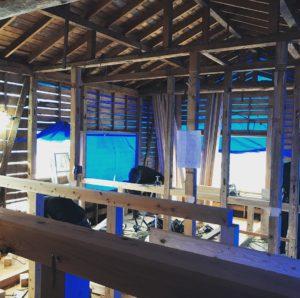 次に部屋内部に実際に使う小屋組みを既存の柱を生かして均等に組んでいきます