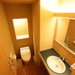 トイレは照明鏡枠、面台、ニッチカウンター、天井板はピーラ―材、床仕上げは大理石のタイル貼り、とても落ち着く空間になっています。