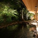 夜の男性側露天風呂です、軒天の方は1350も出しており深い軒がものすごくいい雰囲気を出しています。